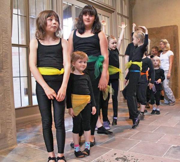 """Die Tanzgruppe wartet auf ihren großen Auftritt bei """"Kinder singen für Kinder"""" 2013"""