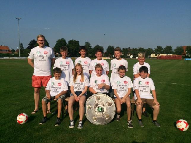 Die D-Jugend der JSG Landesbergen/Leese freut sich über ihre T-Shirts zur gewonnenen Kreisklassenmeisterschaft