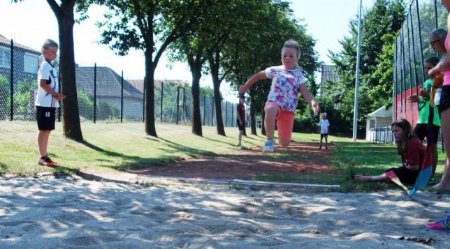 Die Kinder zeigten auch volles Engagement beim Weitsprung. (Foto Kruse)